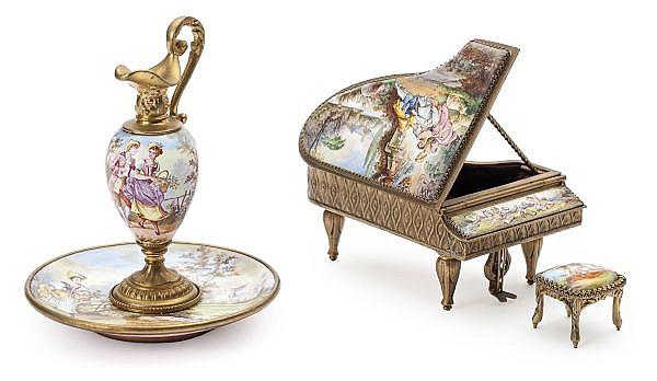 Aguamanil con plato y piano con taburete en miniatura vieneses en cobre esmaltado y bronce dorado, hacia 1880