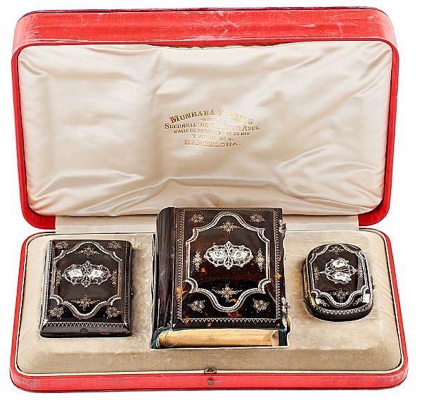 Juego de libro devocional, carnet de baile y monedero en carey con incrustaciones, de finales del siglo XIX