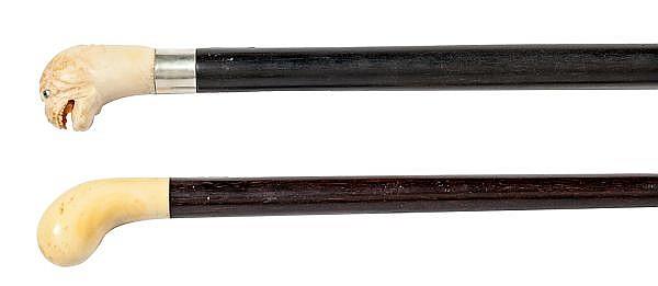 Dos bastones ingleses con manos en marfil y varas en madera, de principos del siglo XX