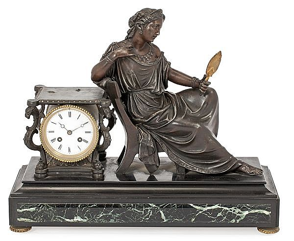 Reloj sobremesa francés en calamina con pátina de bronce oscura, de finales del siglo XIX