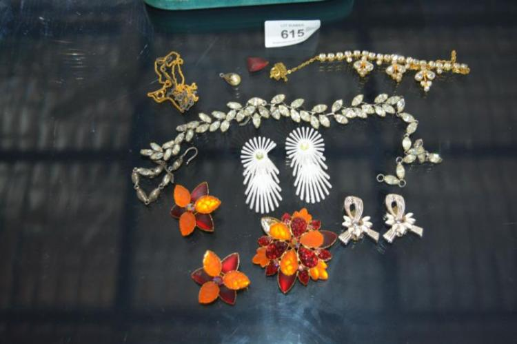 Collection of costume jewellery incl. brooches,