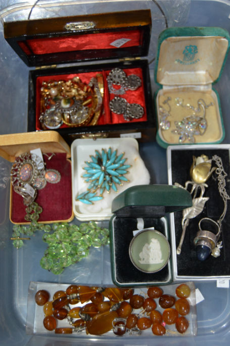 Tub of costume jewellery etc incl. a Wedgwood