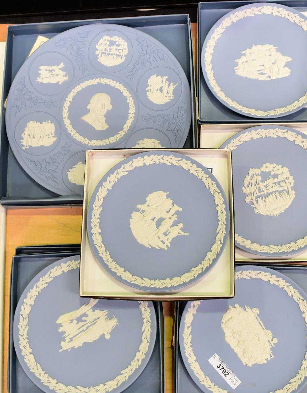 Set of 7 Wedgwood Jasper Australiana plates, smaller plates 16 cm. (6.30 in.), large 25 cm. (9.84 in.)
