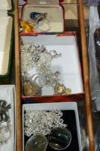 Qty of silver jewellery to incl. 3 pendants on
