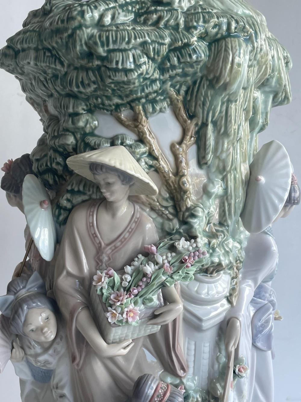 Lladro rare Jarron Japanese vase #1536 48 cm. (18.90 in.), with stand 55 cm. (21.65 in.)
