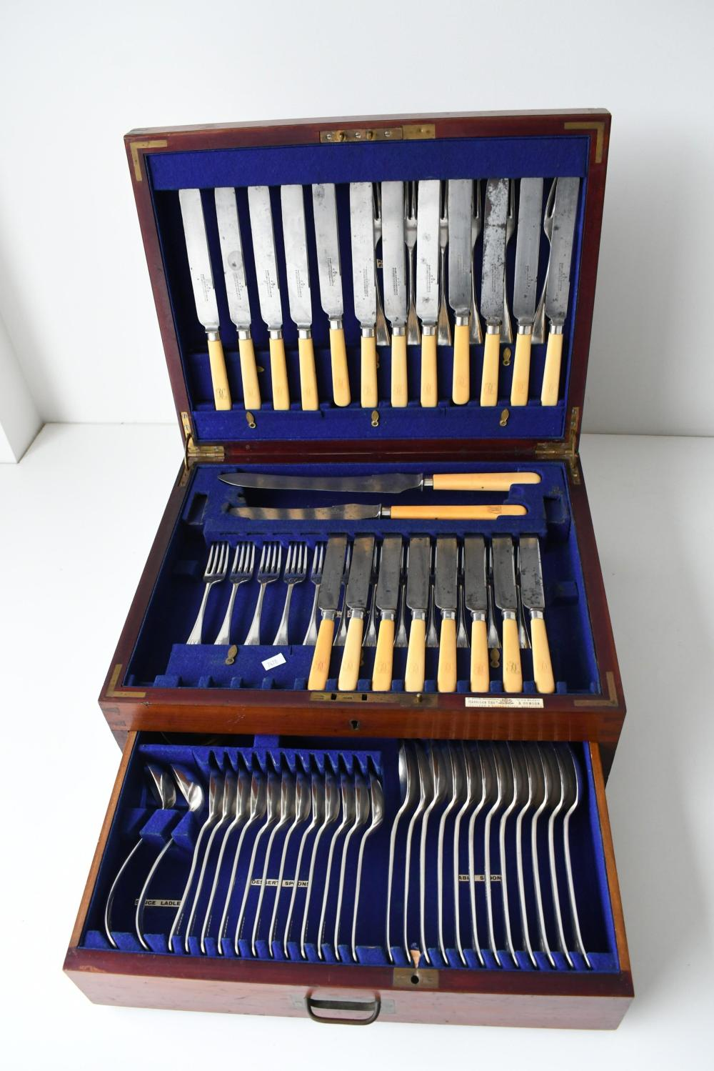 Antique cutlery canteen & cutlery canteen 18 x 35.50 x 45.50 cm. (7.09 x 13.98 x 17.91 in.)