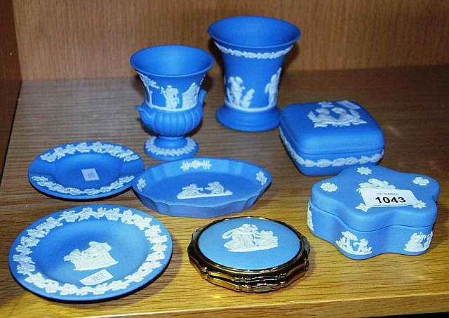 8 pieces of Wedgwood blue & white jasperware incl.