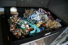 Various costume jewellery pieces incl.