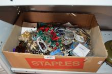 Box: assorted costume jewellery