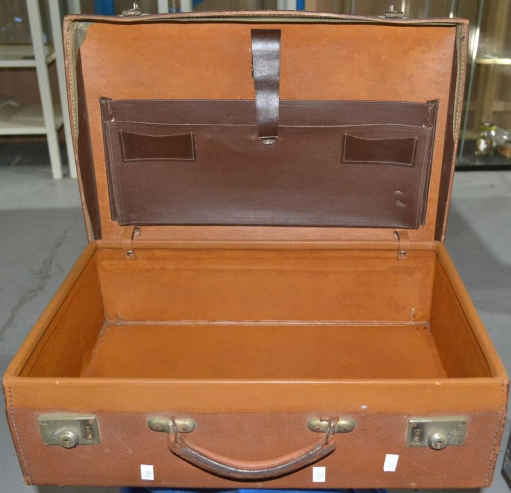 Vintage suitcase in brown leather, fitted interior