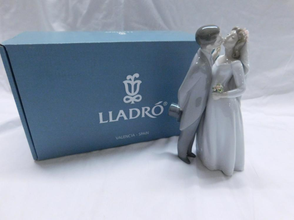 """Lladro """"A Kiss to Remember"""""""