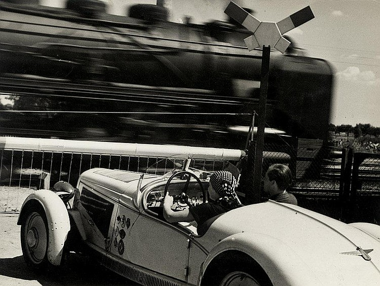 Perckhammer, Heinz von: Car waiting at raliroad crossing