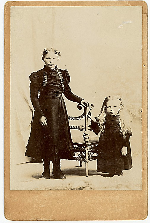 """Midget Dollie Dodd with her """"normal"""" sized sister Clara."""