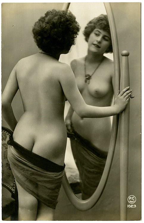 A nude in the mirror.