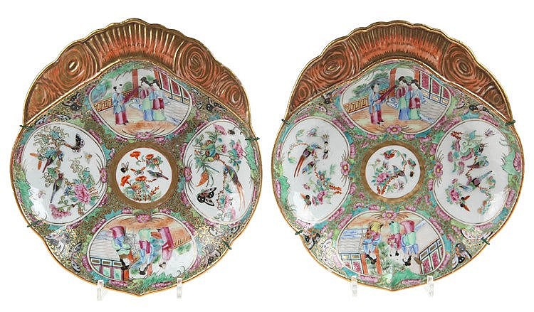 Pair of shell-shaped Canton bowls. Partly gilt Mandarin decor. Circa 1850.