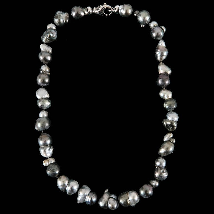 Akoya pearl necklace. White gold clasp, 18 ct.