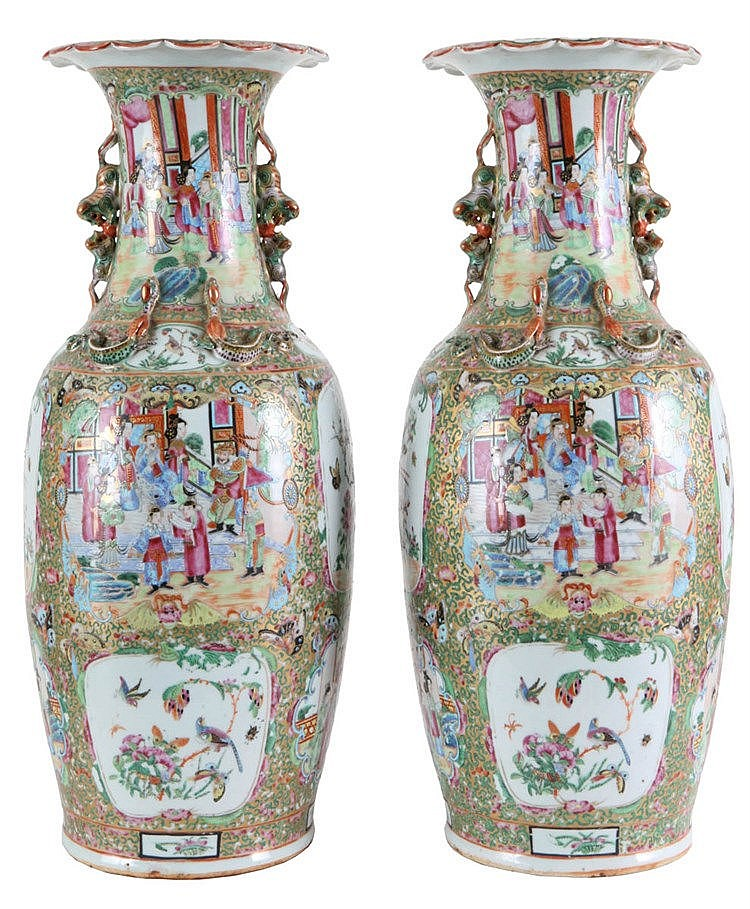 Pair of Chinese Canton vases with wavy rim. Mandarin decor. Second half of the 19th century.