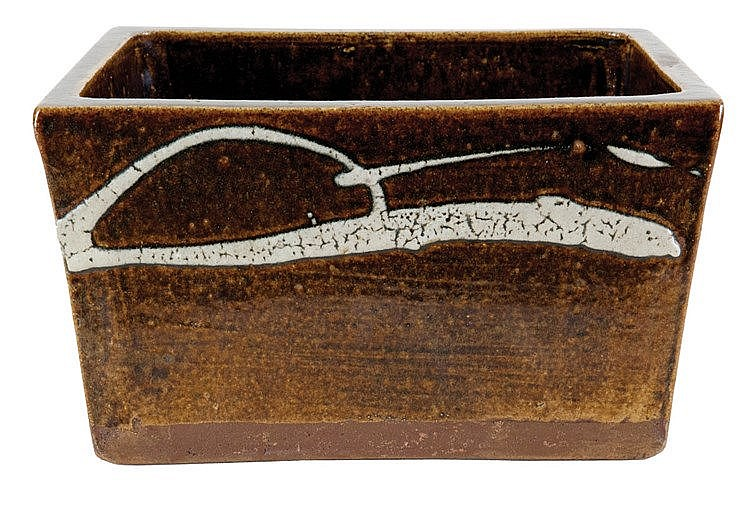 Rectangular bassin. Brown stoneware, brown glazed with decoration of white