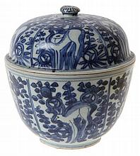 Bowl and cover on foot. Chinese blue and white porcelain. Late Ming dynastie. Depicting deer amongst plants. Circa 1650.