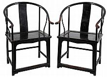 A pair of armchairs with gondola-shaped back in black painted wood. Chinese work.