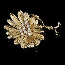 Flower brooch Chaumet (Wolfers Belgium since 1970). Yellow gold (750/1000), 32.8 g. Set with 10 brilliant cut diamonds, 1.4 ct, quality F VSI.