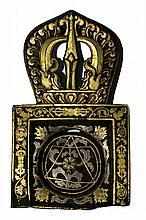 Cuillère rituelle Gangsar en fer martelé, formée d'un double récipient carré et circulaire, prolongé par un demi vajra, le décor niellé or et argent de motifs de vajra et rinceaux. Tibet, XVIe-XVIIe siècle. Dim : 17,5 cm (manque le manche)