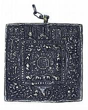 Plaque de protection astrologique en bronze, à décor des douze animaux du zodiaque entourant les bagua, centrés des 9 chiffres auspicieux tibétains.   Tibet, XVIIIe siècle.   200/400 €