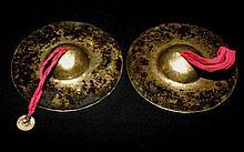 Cymbales rituelles « rölmo »  en alliages de huit métaux précieux et semi-précieux.  Tibet, XVIIIe-XIXe siècle. Diam : 16 cm  200/300 €