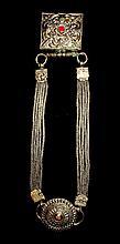 Parure en cuivre argenté, utilisée par les femmes lors des cérémonies du Nouvel An (Lo-Sar), composée de deux reliquaires reliés par des chaines tressées.   Tibet, XIXe siècle. Long. 50 cm  100/150 €