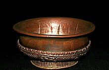 Coupe à offrande pour le thé, Phop, en bois, orné sur le pourtour de textes de la loi bouddhique, l'intérieur doublé de cuivre.  Tibet, XIXe siècle. Diam. 16 cm - Haut. 7 cm  60/80 €