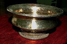 Bol à thé « Jamji-phorba » en métal argenté et argent, le pied orné d'une frise de vajra. Tibet, XIXe siècle. Dim : 13 cm   50/80 €