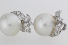 Paire de boucles d'oreilles en or ornées de perles Mabé et de brillants. P. 14g