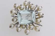 Broche en or ornée d'une aigue marine entourée de perles et de brillants. P 12,3g