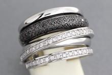 Bague en or ornée d'un pavage de diamants noirs et de lignes de  brillants. P. 13,2g
