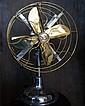 Ventilateur  à double hélices de quatre pales en laiton montées sur un piètement circulaire en aluminium, cache de protection pour les pales en laiton. Circa 1940. Hauteur : 49 cm. Restauré aujourd'hui pour fonctionner sur le 220 volts.