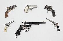 Revolver à broche de Luxe système Lefaucheux, six coups, calibre 5 mm. Canon à pans. Barillet et carcasse gravé de feuillages et poinçonné «ELG». Détente pliante. Baguette en fer. Plaquettes de crosse en ivoire. B.E. Vers 1870-1880. Voir