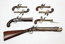 Paire de pistolets tromblon de Marine à coffre, à silex. Canons ronds, évasés aux bouches. Coffres finement gravés d'attributs militaires et pontets en laiton. Sécurités à l'arrière des chiens. Crosses en noyer à joues plates. T.B.E. Vers 1800. Voir