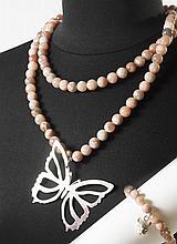 RITA & ZIA    Ensemble composé d'un sautoir et d'un bracelet composé de perles d'agate roses, retenant respectivement un papillon et une tête de tigre en argent. Pochons.