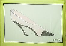 CHANEL    Paréo en voile de coton vert imprimé à décor de chaussures. Taches.