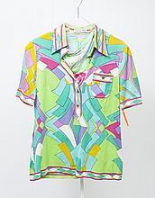 LEONARD Fashion Paris Polo en coton imprimé à motif psychédélique multicolore, petit col, simple boutonnage à cinq pressions, poche poitrine, manches courtes, nous y joignons un top sans manche en jersey de soie imprimé à motif floral multicolore,