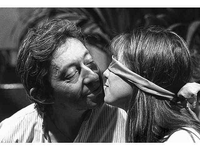 Bernard BARDINET, né en 1945 Serge Gainsbourg et Jane Birkin Tirage argentique signé à l'encre noire sous l'image. Au dos mentions manuscrites au crayon « Serge Gainsbourg et Jane Birkin N° 1/20 » signature, tampon Bernard Bardinet Galerie Grace