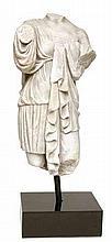 Statue en marbre blanc, représentant une patricienne romaine dans un vêtement grec. 2e et 3e après JC. Hauteur : 100 cm