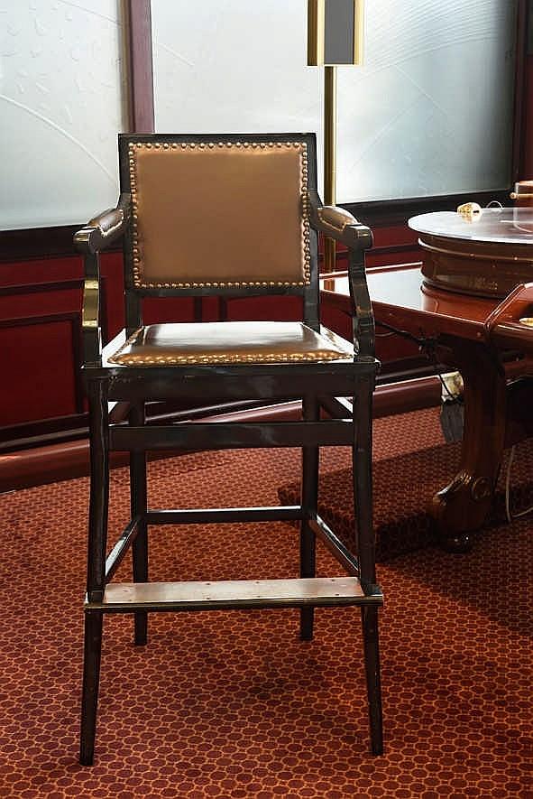 chaise de chef bon tat hauteur 123 cm large 57 cm mati