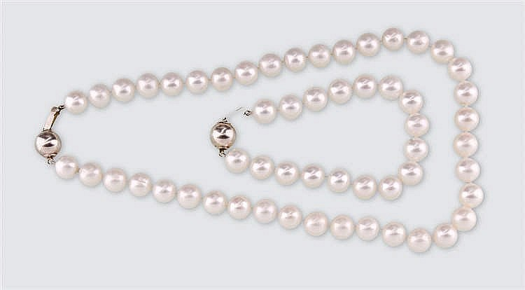 White pearl necklace with bracelet