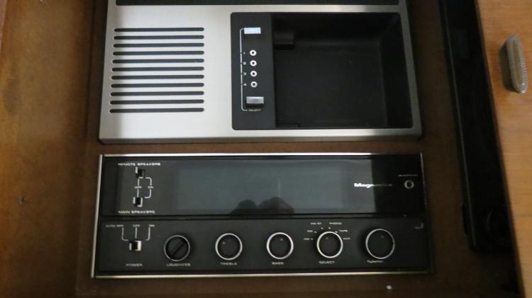 Magnavox stereo with vintage speakers