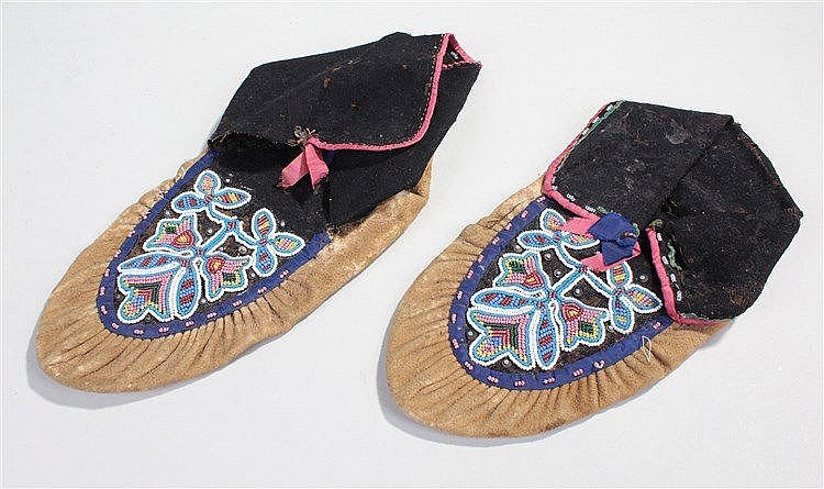 Late 19th century American Indian moccasin's, decorated with  bead flowers