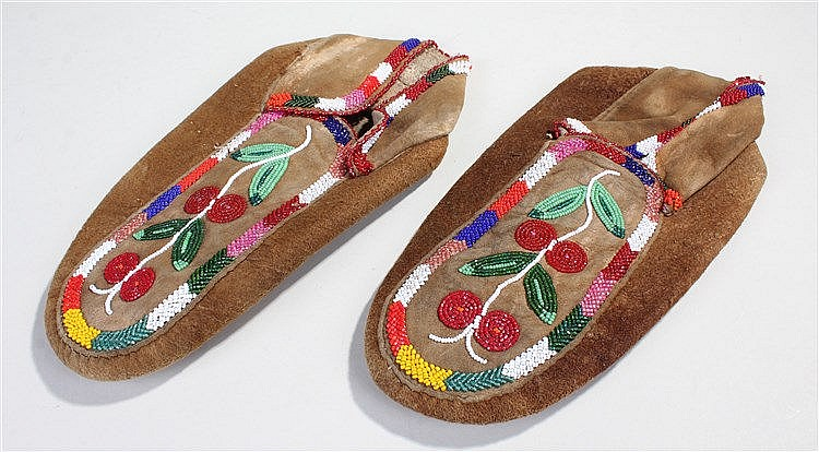 Late 19th Century American Indian moccasin's, decorated with bead flowers t