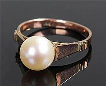 14 carat gold and pearl set ring, the central pear