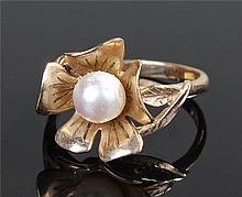 9 carat gold flower head and pearl ring, with a ce