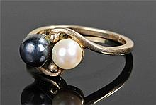 10 carat gold pearl set ring, with a black and whi